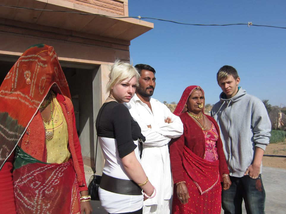 In Indien müssen Laura (2.v.l.) und Marlon (r.) für ihr tägliches Brot arbeiten, sonst gehen sie mit einem leeren Magen ins Bett. Widerspruch ist be... - Bildquelle: kabel eins