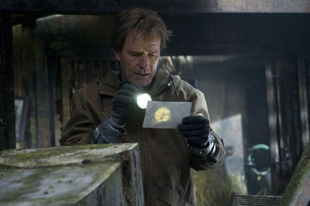 Viele Jahre nachdem Joe Brody (Bryan Cranston) seine Frau in einem Atomkraftwerk bei einem angeblichen Erdbeben verloren hat, kommt er einem riesige... - Bildquelle: 2014   Warner Bros.