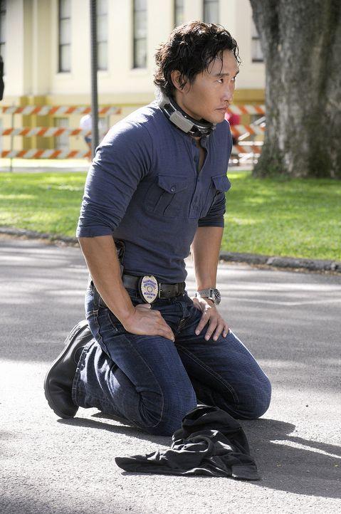 Der Entführer von Chin (Daniel Dae Kim) hat Sprengstoff an ihn befestigt und droht, ihn in die Luft zu sprengen, wenn er nicht ein Lösegeld von 10 M... - Bildquelle: TM &   2010 CBS Studios Inc. All Rights Reserved.