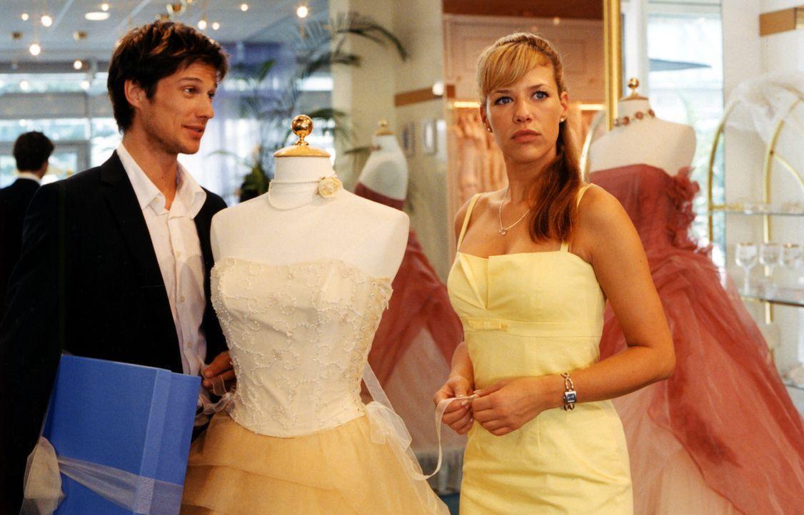 Die attraktive Brautmodenverkäuferin Esther (Alexandra Neldel, r.) kann bei romantischen Annäherungsversuchen einfach nicht Nein sagen - auch bei... - Bildquelle: Rieger / Klick ProSieben