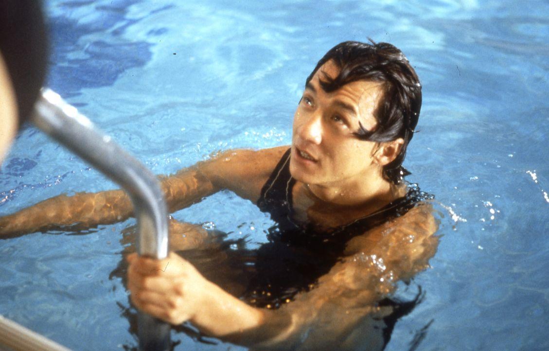 Ein Bad hat noch niemandem geschadet - auch nicht dem Privatdetektiv Ryô Saeba (Jackie Chan) ... - Bildquelle: 20th Century Fox Home Entertainment