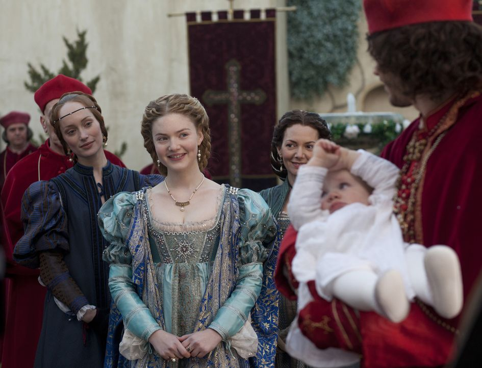 Statt einer Hochzeit feiern sie die Taufe von Lucrezias Sohn: Giulia (Lotte Verbeek, l.), Lucrezia (Holliday Grainger, M.), Vanozza (Joanne Whalley,... - Bildquelle: Jonathan Hession LB Television Productions Limited/Borgias Productions Inc./Borg Films kft/ An Ireland/Canada/Hungary Co-Production. All Rights Reserved.