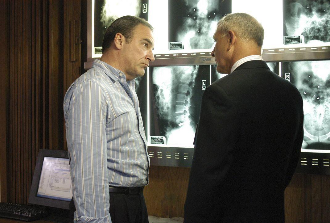 Nach dem Attentat eines Serienkillers, erkundigt sich Agent Jason Gideon (Mandy Patinkin, l.) bei Dr. Erstadt (Tim Halligan, r.) nach den Verletzten... - Bildquelle: Touchstone Television