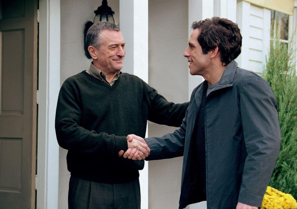 Als Ex-CIA-Mann Jack Byrnes (Robert De Niro, l.) erfährt, dass seine geliebte Tochter in den Stand der Ehe treten möchte, beschließt er, seinen z... - Bildquelle: 2000 Universal Studios and DreamWorks LLC.  All rights reserved.