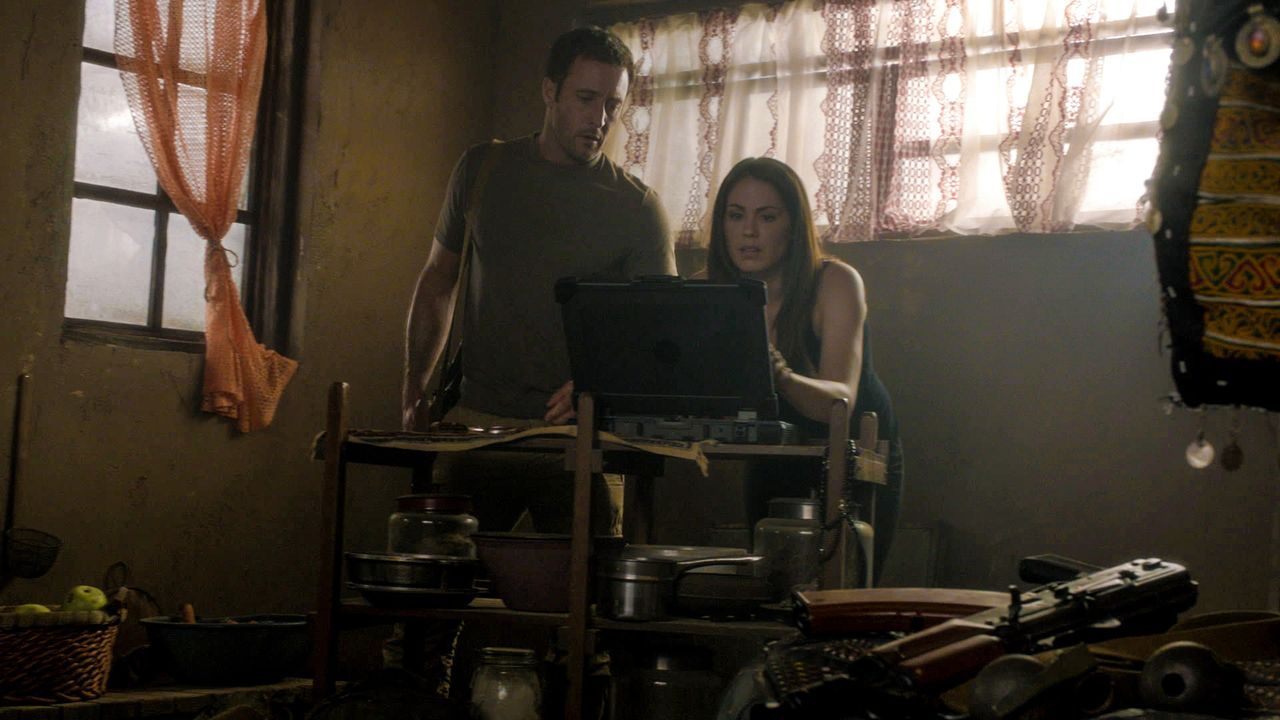 Während Danny, Chin und Kono in einem neuen Fall ermitteln, reisen Steve (Alex O'Loughlin, l.) und Catherine (Michelle Borth, r.) nach Afghanistan,... - Bildquelle: 2013 CBS Broadcasting Inc. All Rights Reserved