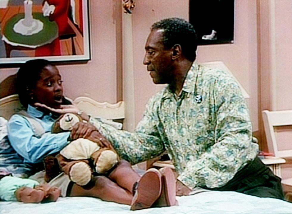 Cliff (Bill Cosby, r.) versucht herauszubekommen, warum Rudy (Keshia Knight Pulliam, l.) krank spielt, um nicht zur Schule gehen zu müssen. - Bildquelle: Viacom