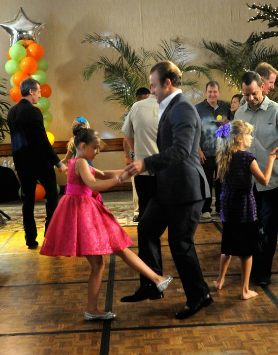 Nach einem erfolgreich beendeten Fall geht Danny (Scott Caan, r.) mit Grace (Teilor Grubbs, l.) auf den Vater-Tochter-Tanzabend  ... - Bildquelle: 2012 CBS Broadcasting, Inc. All Rights Reserved.