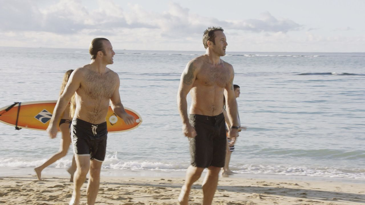 Ein ganz besonderer Valentinstag wartet auf Steve (Alex O'Loughlin, r.) und Danny (Scott Caan, l.). Währenddessen ermitteln Kono, Chin und Lou in ei... - Bildquelle: Norman Shapiro 2016 CBS Broadcasting, Inc. All Rights Reserved / Norman Shapiro