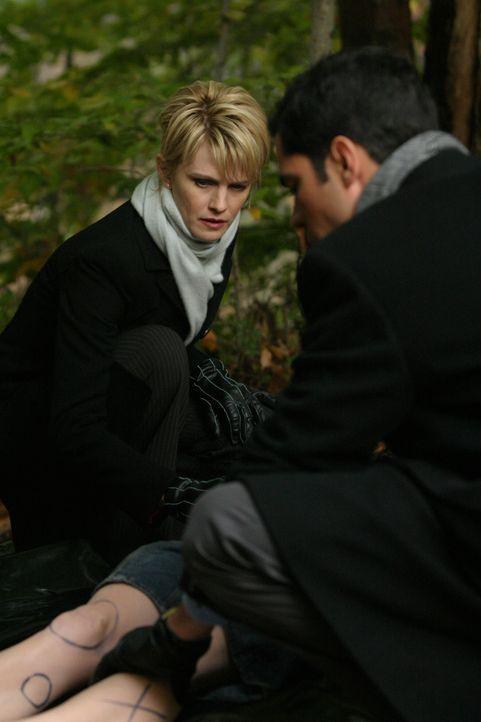 Det. Lilly Rush (Kathryn Morris, l.) und Det. Scott Valens (Danny Pino, r.) stellen fest, dass der Körper mit den gleichen Zeichen bemalt wurde wie... - Bildquelle: Warner Bros. Television
