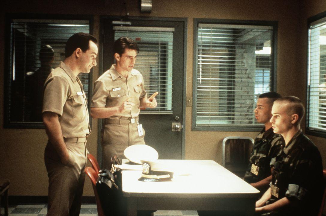 Lt. Sam Weinberg (Kevin Pollak, l.) und Lt. Kaffee (Tom Cruise, 2.v.l..) versuchen verzweifelt, den genauen Tathergang mit den beiden Angeklagten Ha... - Bildquelle: Columbia Pictures