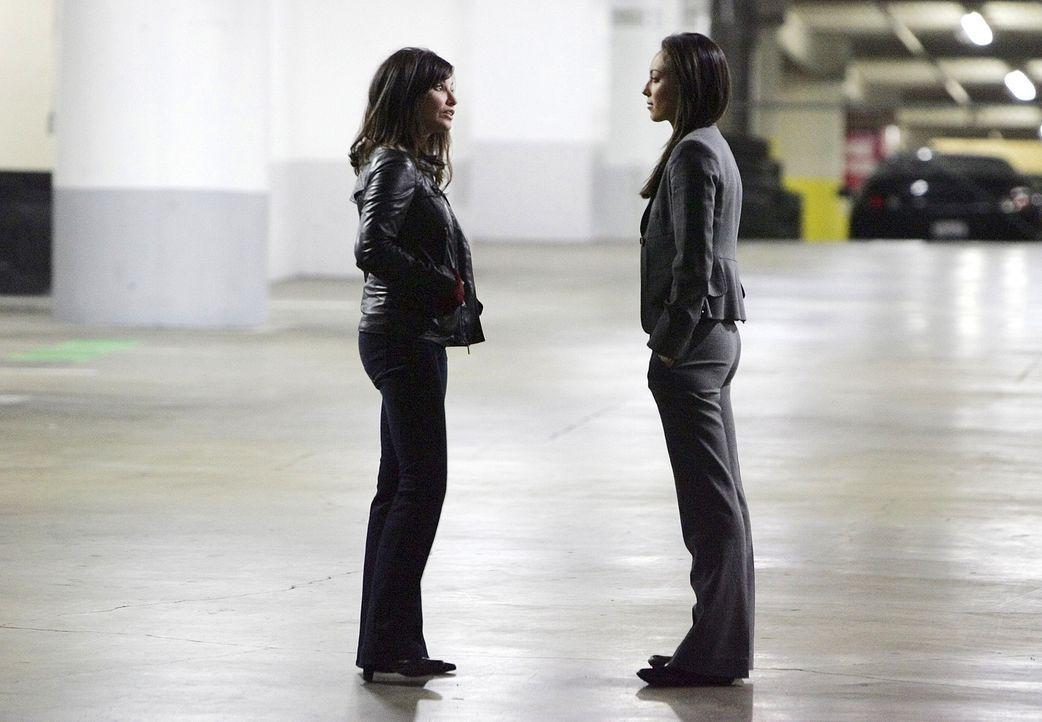 Ein neuer Fall beschäftig Liz (Aya Sumika, r.) und das restliche Team. Von Danielle Hill (Gina Gershon, l.) erhoffen sie sich Hinweise, um den Fall... - Bildquelle: Paramount Network Television