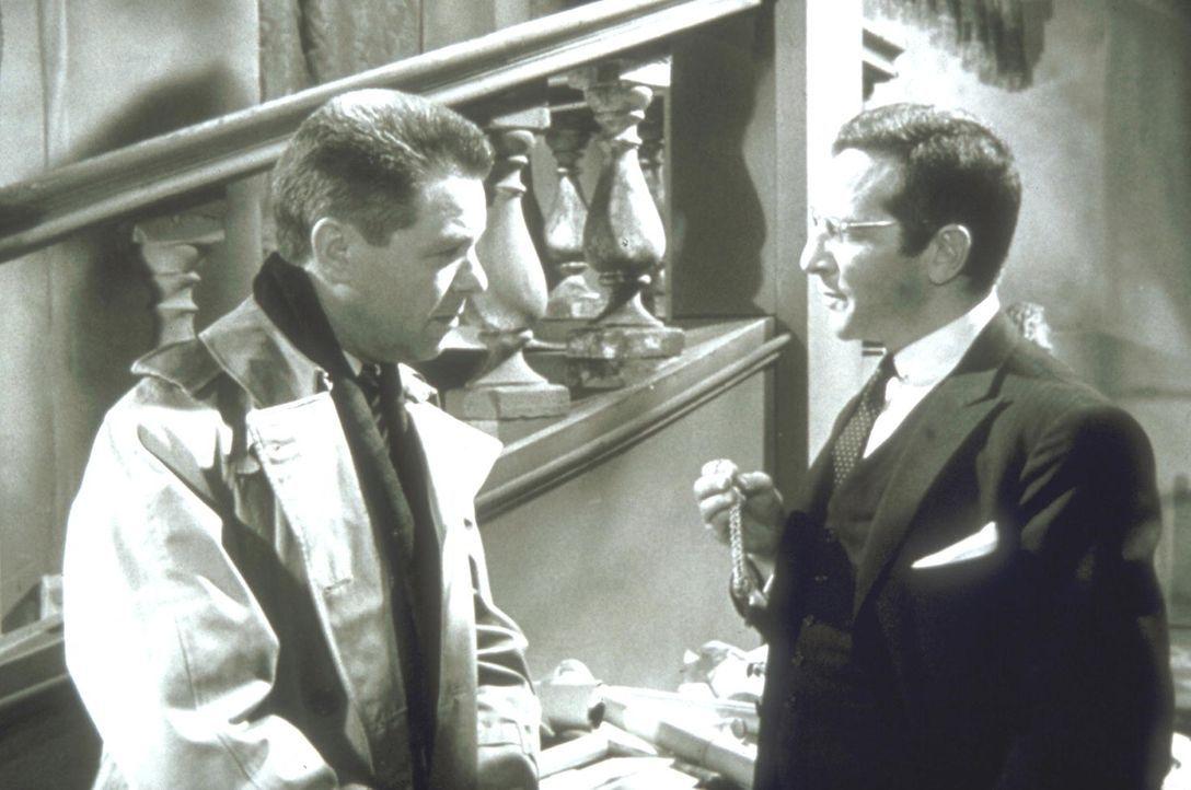 Inspektor Martin (Heinz Drache, l.) hat das Gefühl, dass der Arzt Dr. Staletti (Pinkas Braun, r.) mit der rätselhaften Mordserie in Verbindung steht... - Bildquelle: Constantin Film