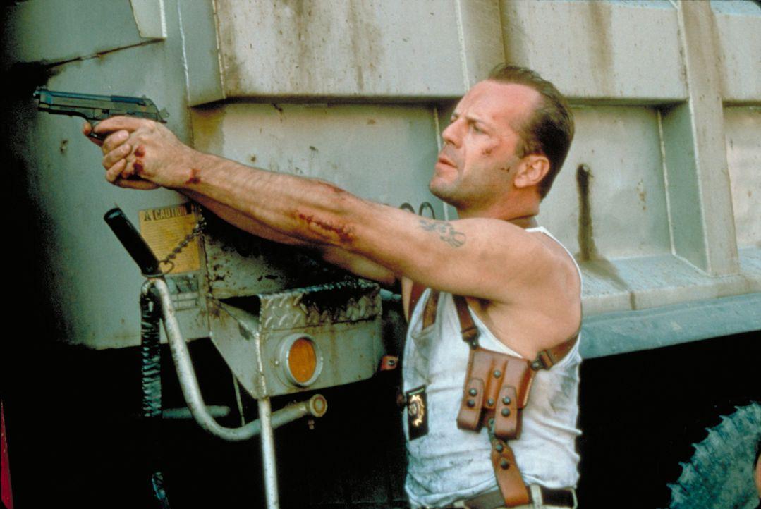 Obwohl John McClane (Bruce Willis) eigentlich momentan vom Dienst suspendiert ist, muss er einen wunderschönen Kater links liegen lassen und seinen... - Bildquelle: Buena Vista Home Entertainment © 1995 Cinergi Pictures Entertainment Inc. Cinergi Productions N.V. Inc. and Twentieth Century Fox Film Corporation