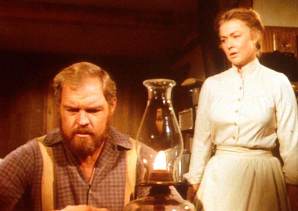 Jonathan (Merlin Olsen, l.) ist sehr verbittert. Alice (Hersha Parady, r.) hat ihm lange verschwiegen, dass sie bereits einmal verheiratet war. - Bildquelle: Worldvision
