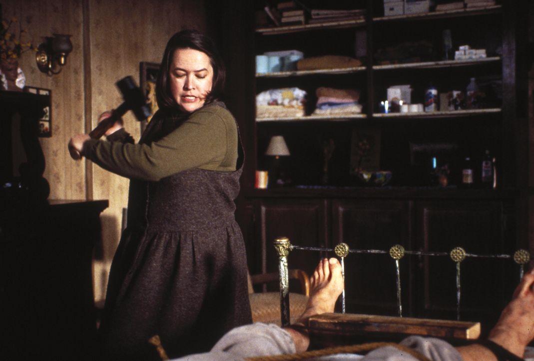 Greift zu besonders drastischen Mitteln, um ihre Geißel am Weglaufen zu hindern: Annie (Kathy Bates) - Bildquelle: Castle Rock Entertainment