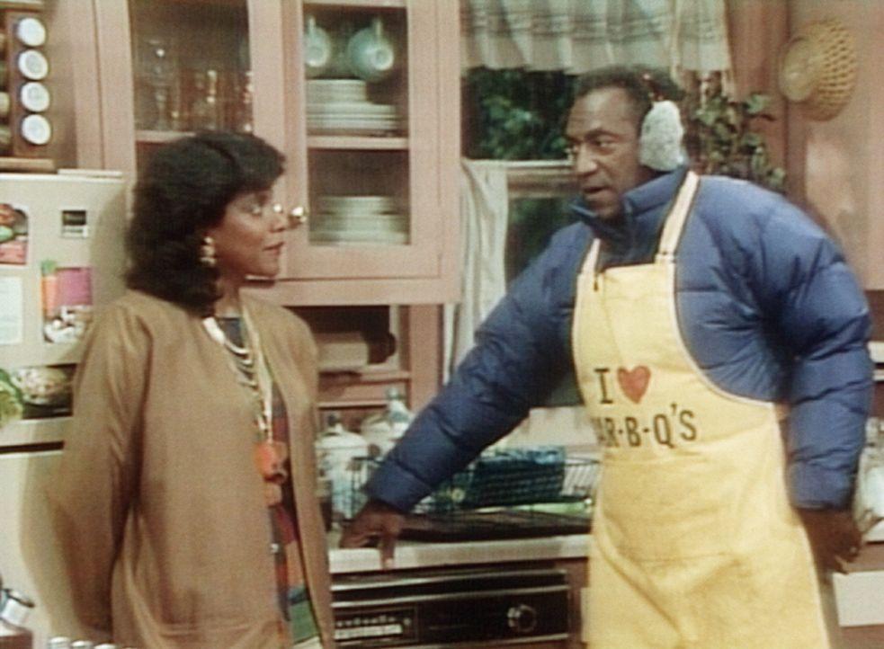 Trotz eisiger Kälte will Cliff (Bill Cosby, r.) unbedingt im Garten grillen. Clair (Phylicia Rashad, l.) erwirkt einen Kompromiss: grillen draußen... - Bildquelle: Viacom