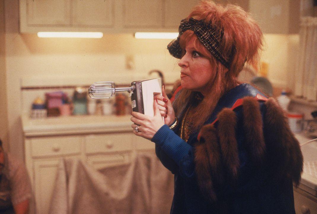 Schwer bewaffnet versucht sich Barbara Stone (Bette Midler), gegen ihre Entführer zur Wehr zu setzen ... - Bildquelle: Laurel Moore Touchstone Pictures/Laurel Moore