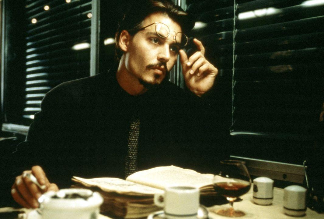 """Bei der Suche nach dem wertvollen Buch """"Die Neun Pforten"""" dringt der Buchjäger Dean Corso (Johnny Depp) in ein Labyrinth aus mysteriösen Ereigniss... - Bildquelle: 20th Century Fox of Germany"""