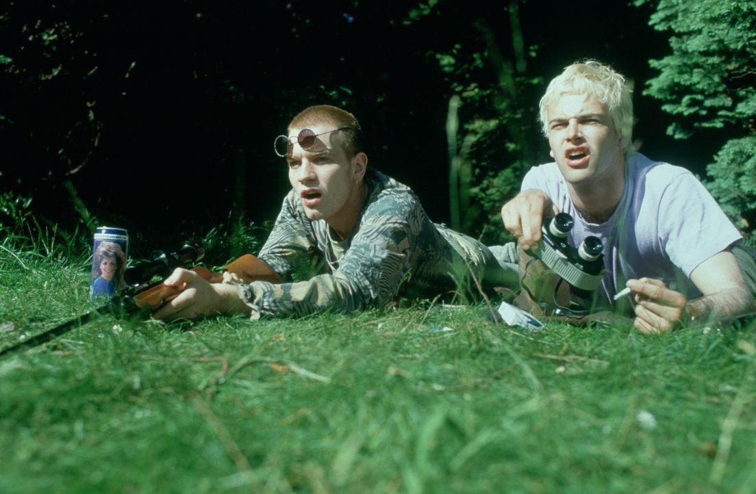 Mark Renton (Ewan McGregor, l.) ist ein Junkie. Heroin bestimmt seine Welt und die seiner Kumpels Spud und Sick Boy (Jonny Lee Miller, r.). Zwar unt... - Bildquelle: Universal Pictures