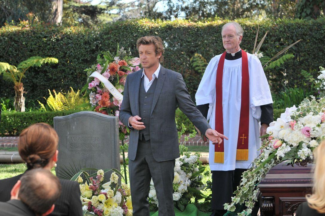 Patrick (Simon Baker, l.) muss die private Trauerfeier von Ethel Sebring unterbrechen, um einen Fall zu lösen. Der Priester (Rory Johnston, r.) ist... - Bildquelle: Warner Bros. Television
