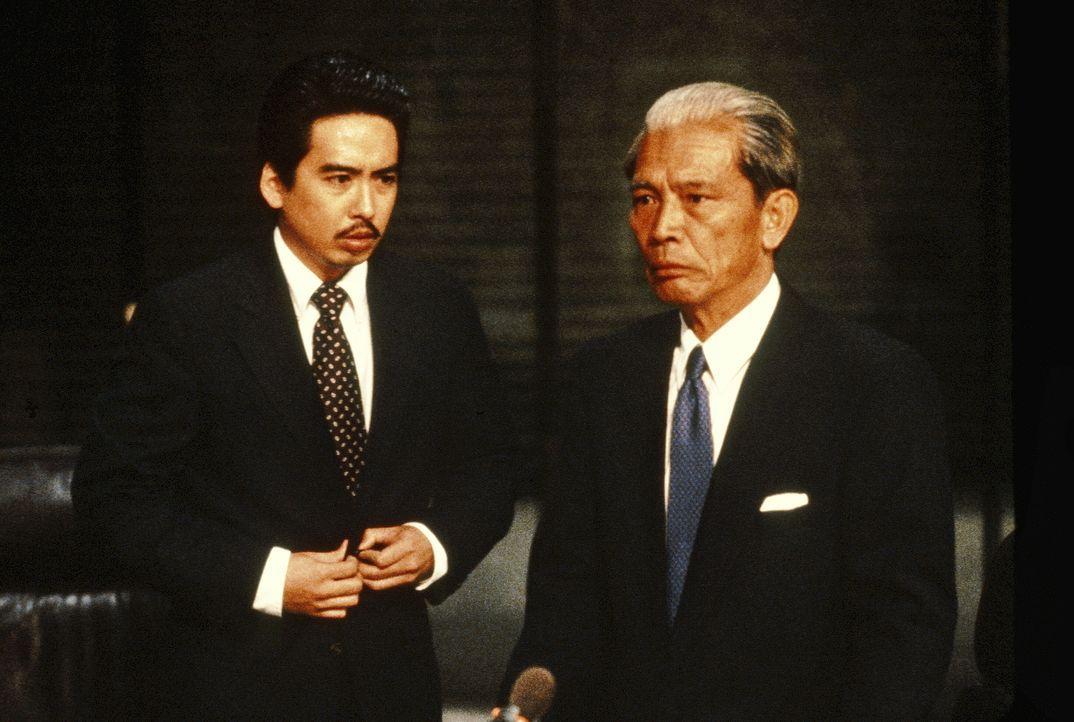 Was haben die japanischen Geschäftsleute Ishihara (Stan Egi, l.) und Yoshida-San (Mako, r.) zu verbergen? - Bildquelle: 1993 Twentieth Century Fox Film Corporation. All rights reserved.