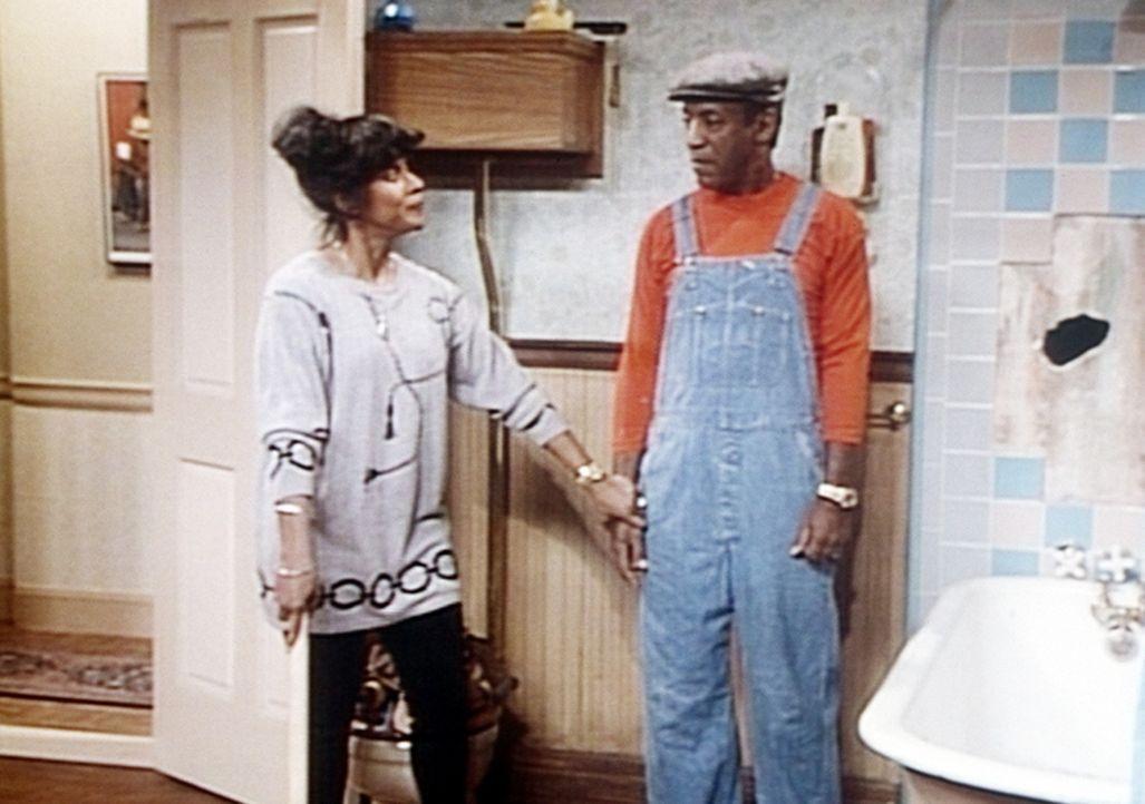 Clair (Phylicia Rashad, l.) verhindert, dass Cliff (Bill Cosby, r.) sich wieder mal als Heimwerker betätigt. - Bildquelle: Viacom
