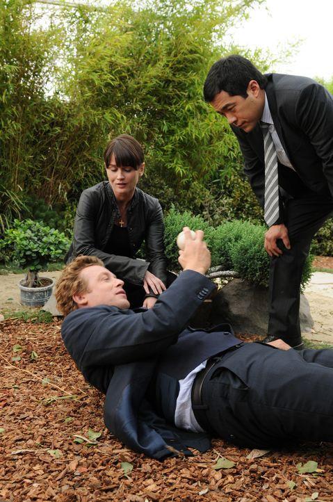 Der Mord an Barney Sloop ist für Teresa Lisbon (Robin Tunney, M.) und Patrick Jane (Simon Baker, l.) und Kimbal (Tim Kang, r.) gar nicht so einfach... - Bildquelle: Warner Bros. Television