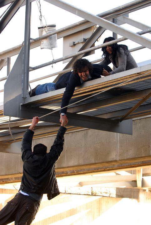 Charlie (David Krumholtz, M.) und Amita (Navi Rawat, r.) versuchen, Colby (Dylan Bruno, l.) zu retten ... - Bildquelle: Paramount Network Television
