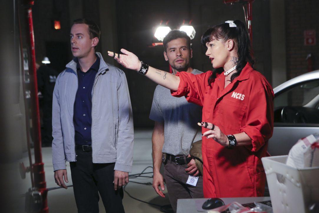 Gemeinsam versuchen sie einen Fall zu lösen: DEA Agent Luis Mitchell (John Gabriel, M.), McGee (Sean Murray, l.) und Abby (Pauley Perrette, r.) ... - Bildquelle: Monty Brinton CBS Television / Monty Brinton
