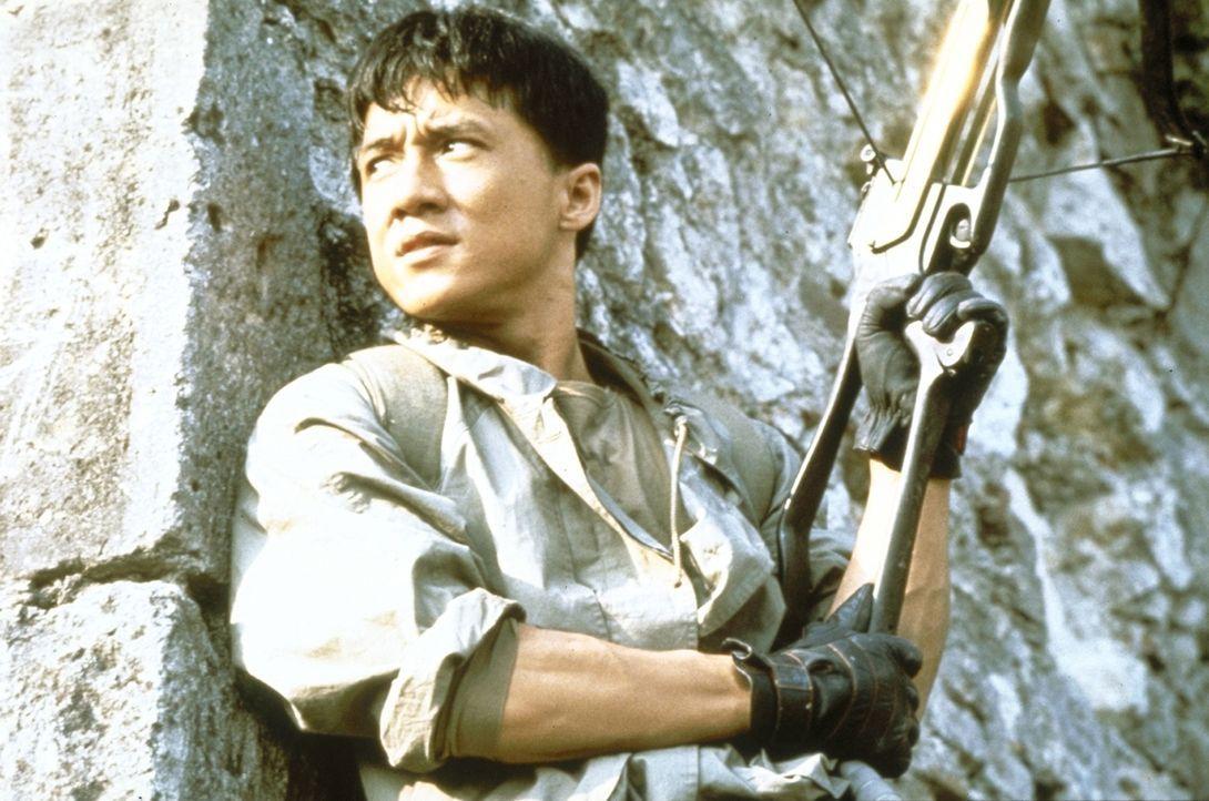 Jackie (Jackie Chan) ahnt nicht, dass auch eine Gruppe fanatischer Sektierer hinter dem Armschutz her ist und ihn mit allen Mitteln bekommen will ... - Bildquelle: Golden Harvest Company
