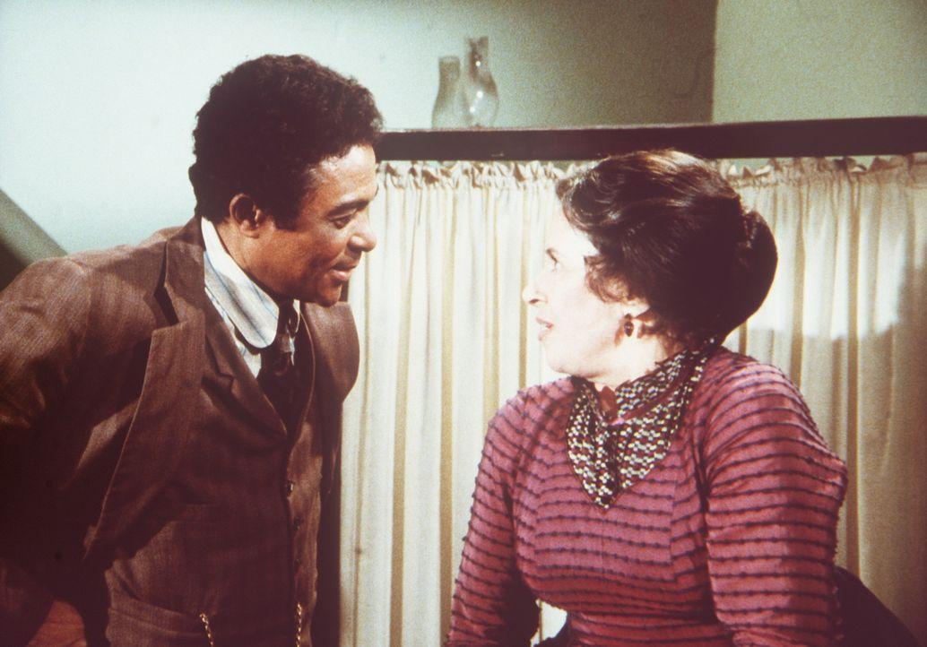 Harriet Oleson (Katherine MacGregor, r.) ist geschockt, weil der neue Arzt Dr. Ledoux (Don Marshall, l.) ein Schwarzer ist. - Bildquelle: Worldvision