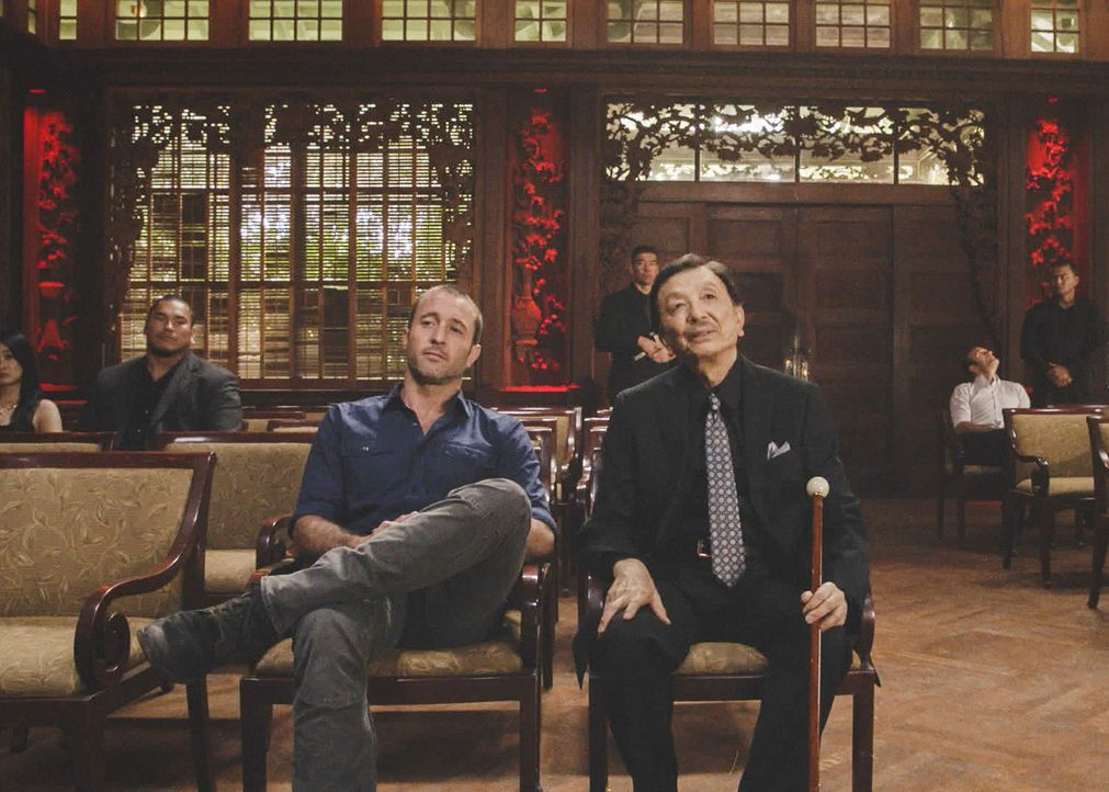 Steve McGarrett (Alex O'Loughlin, l.) und Jin Leung (James Hong, r.) sind Freunde auf verschiedenen Seiten des Gesetzes. Kann auch Danny Leungs Anse... - Bildquelle: 2018 CBS Broadcasting, Inc. All Rights Reserved