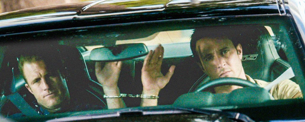 Bei einem neuen Fall werden Steve (Alex O'Loughlin, r.) und Danny (Scott Caan, l.) selbst zu Geiseln ... - Bildquelle: 2013 CBS BROADCASTING INC. All Rights Reserved.