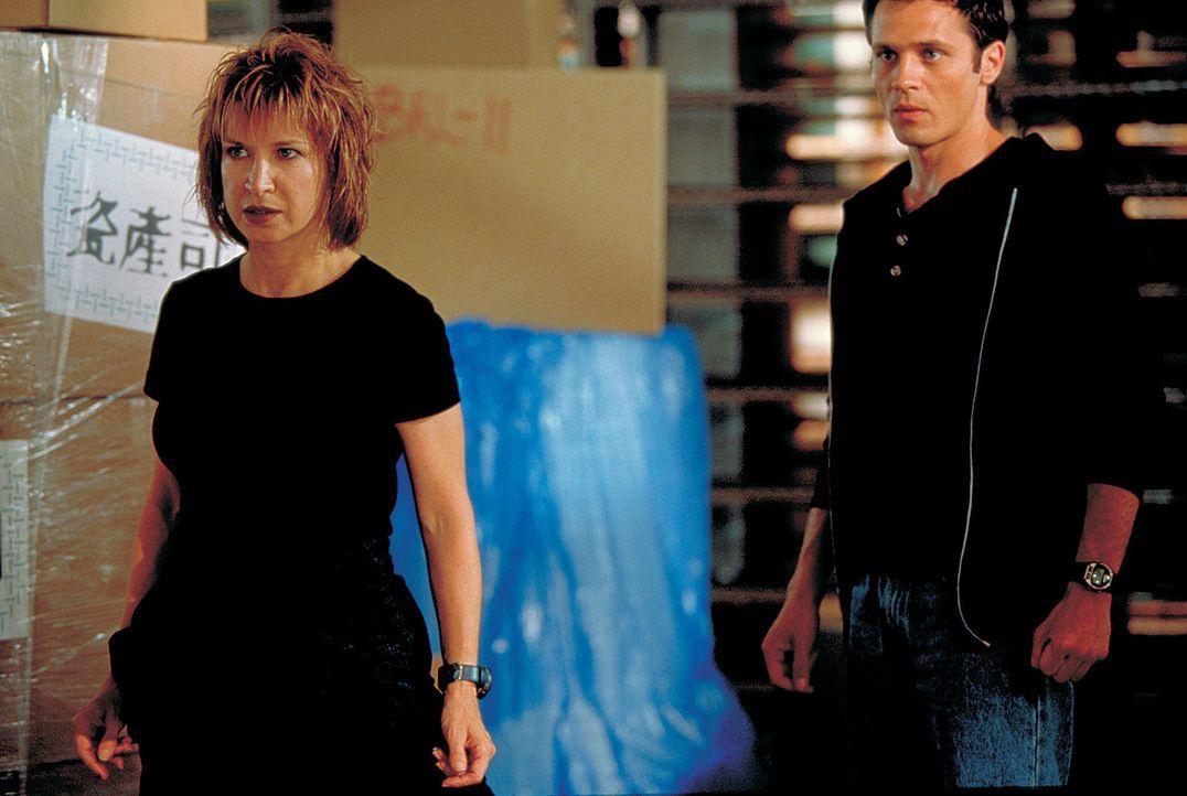 Kann Julie (Cynthia Rothrock, l.) Rick Mitchell (Seamus Dever, r.) wirklich trauen? - Bildquelle: Sony 2007 CPT Holdings, Inc.  All Rights Reserved.