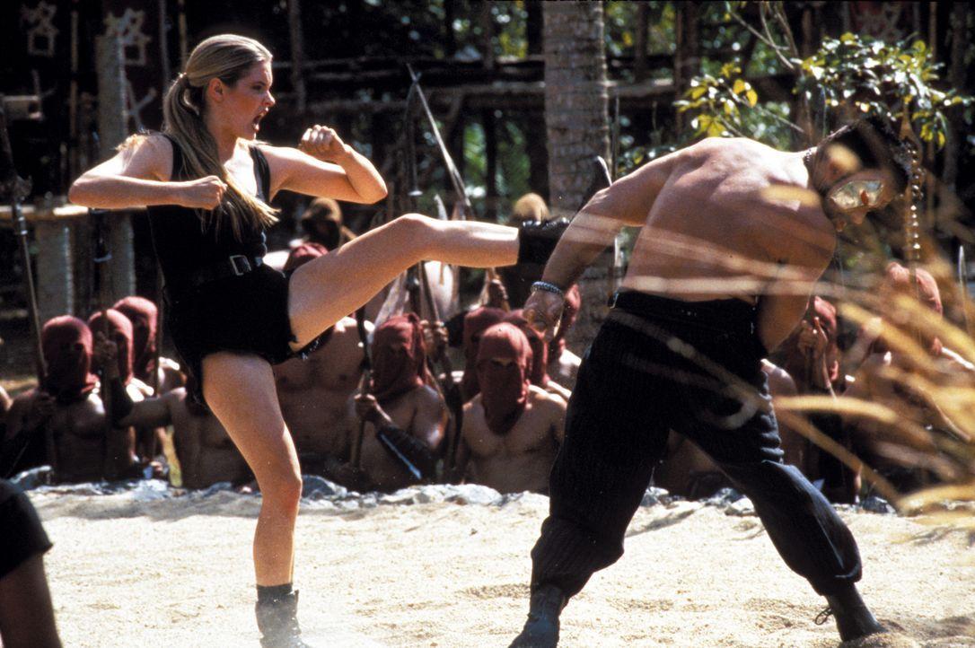Sonya Blade (Bridgette Wilson, l.) nimmt den Kampf gegen Kanon (Trevor Goddard, r.) an, um die Welt zu retten ...