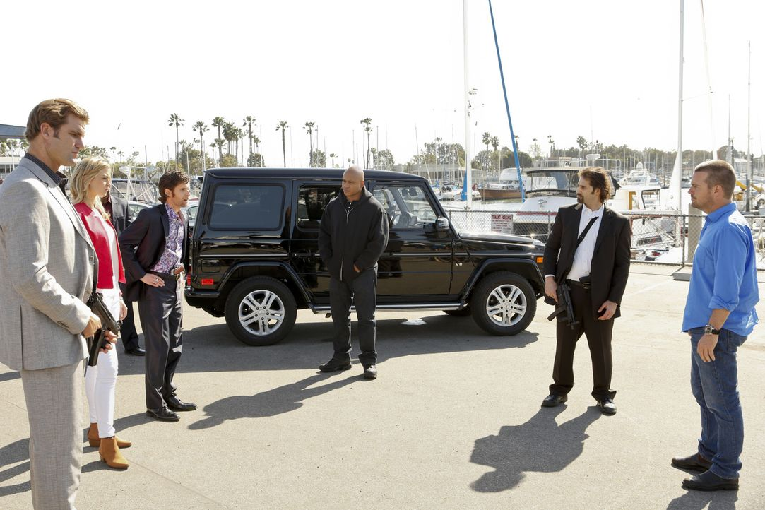 Showdown am Hafen: Sam (LL Cool J, 3.v.r.) und Callen (Chris O'Donnell, r.) nehmen unter dem Schutz zweier Wachmänner Drogenboss Tyler Brunson (Step... - Bildquelle: CBS Studios Inc. All Rights Reserved.