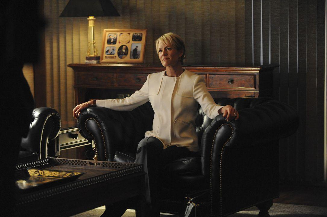 Bürgermeister-Anwärterin Tucker (Mary Stuart Masterson, Bild) beschuldigt Frank (Tom Selleck), ihren Ehemann beschattet zu haben ... - Bildquelle: Jeffrey Neira 2015 CBS Broadcasting Inc. All Rights Reserved.