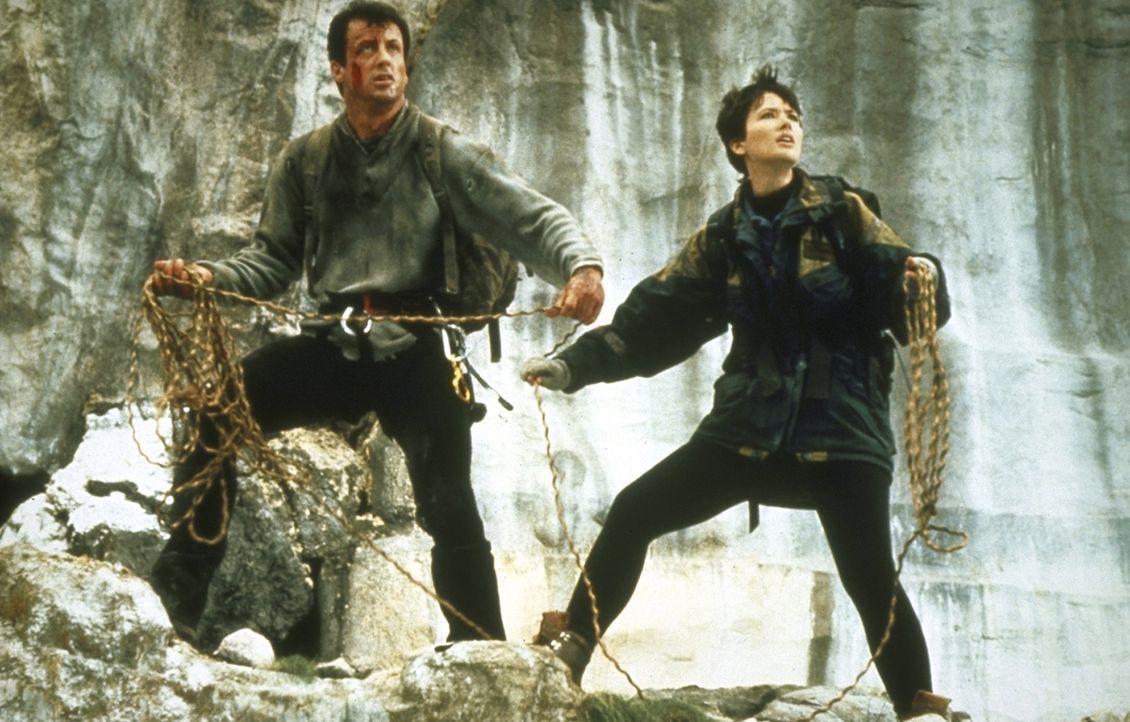 Berg-Experte Gabe Walker (Sylvester Stallone, l.) nimmt mit seiner Freundin und Kollegin Jessie Deighan (Janine Turner, r.) die Verfolgung der Verbr... - Bildquelle: 1993 Cliffhanger B.V. All Rights Reserved.
