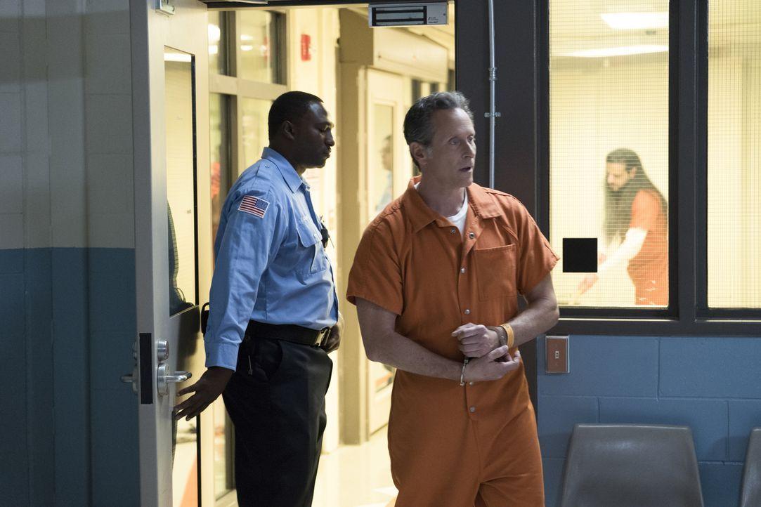 Sehnsucht nach Freiheit: Douglas Hamilton (Steven Weber, M.) will einen Deal mit der US-Justiz abschließen, um vorzeitig aus dem Gefängnis zu kommen... - Bildquelle: Sam Lothridge 2017 CBS Broadcasting, Inc. All Rights Reserved
