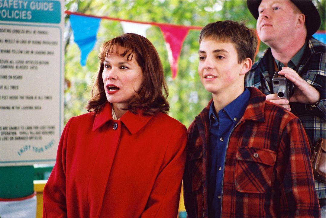 Als Jean Parker (Barbara Hershey, l.) mit ihrem Sohn Alan (Jeffrey Ballard, r.) in einem Freizeitpark mit der Achterbahn fahren will, gerät der Ausf... - Bildquelle: ApolloMedia