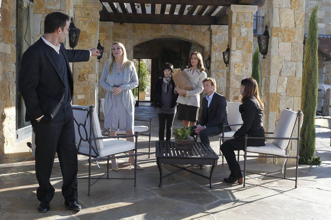 Patrick (Simon Baker, 2.v.r.) und Teresa (Robin Tunney, r.) ermitteln in einem neuen Fall, doch was haben Peter Mulberry (Ian Kahn, l.), Amy Barron... - Bildquelle: Warner Bros. Television