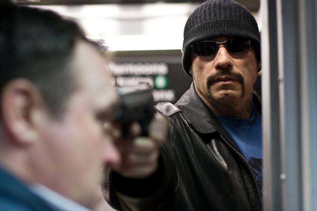 Der skrupellose Gangster Ryder (John Travolta) entführt zusammen mit seinen Komplizen die U-Bahn Pelham 123. Er nimmt viele Fahrgästen als Geisel -... - Bildquelle: 2009 Columbia Pictures Industries, Inc. and Beverly Blvd LLC. All Rights Reserved.