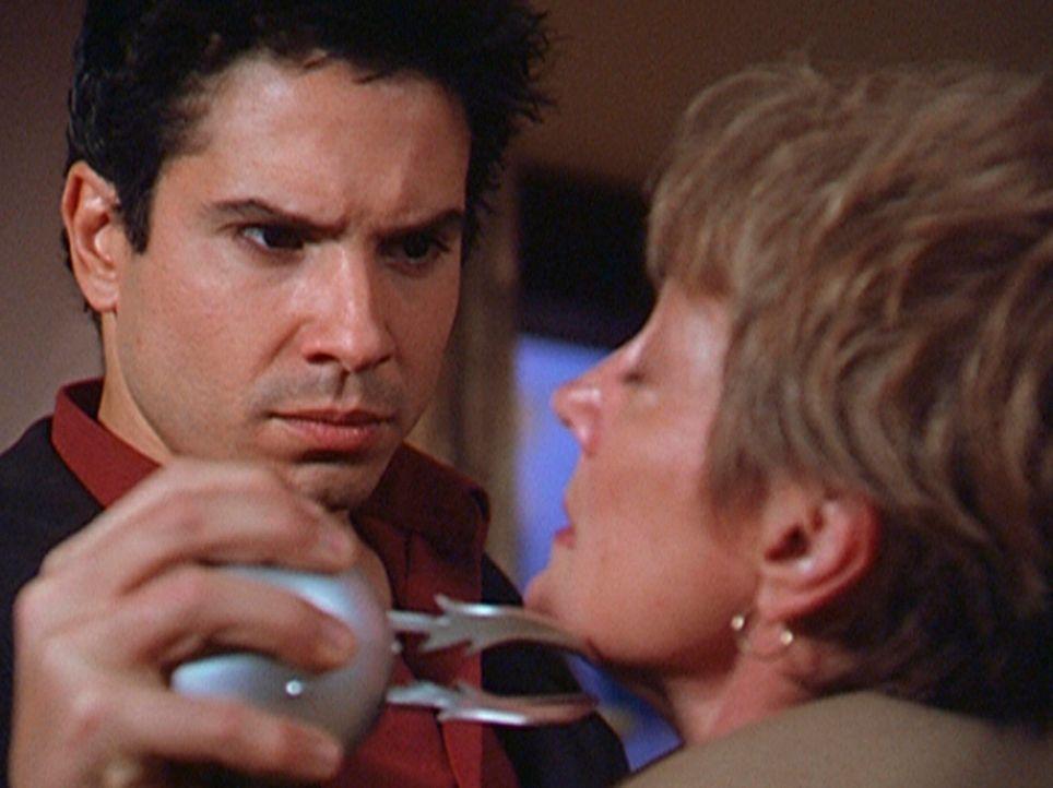 Tom Peters (Marco Sanchez, l.) soll als Beweis seiner Dämonentauglichkeit seine Mutter (Shirley Prestia, r.) töten ... - Bildquelle: Paramount Pictures
