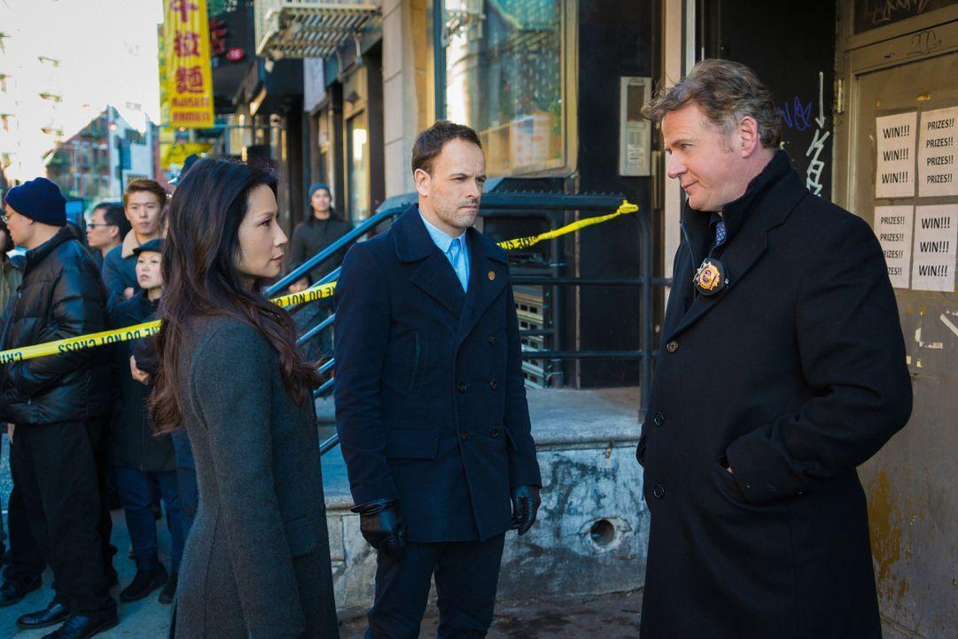 Geben alles, um den Mörder von drei Gangmitglieder in Chinatown zu fassen: Sherlock Holmes (Jonny Lee Miller, M.), Joan Watson (Lucy Liu, l.) und Ca... - Bildquelle: Michael Parmelee 2016 CBS Broadcasting Inc. All Rights Reserved.