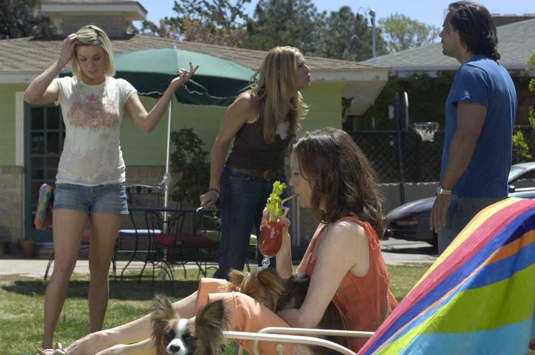 Mary (Mary McCormack, 2.v.l.) ist nicht nur von ihrer Mutter (Lesley Ann Warren, 2.v.r.) und ihrer Schwester Brandi (Nichole Hiltz, l.) genervt, auc... - Bildquelle: USA Network