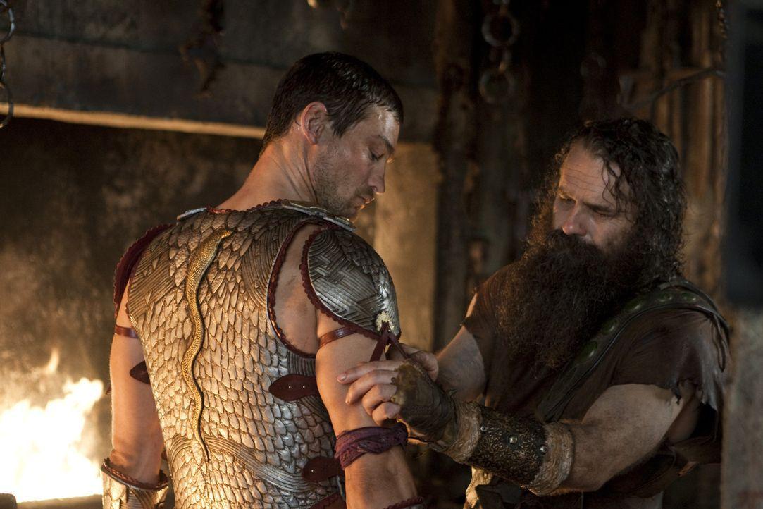 Zum Dank für seine gute Leistung bekommt Spartacus (Andy Whitfield, l.) von Batiatus eine besondere Rüstung ... - Bildquelle: 2010 Starz Entertainment, LLC