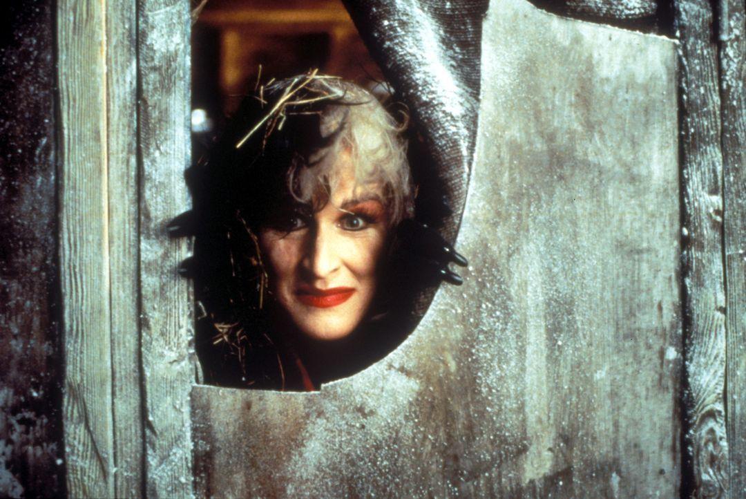Um sich ihren Wunsch von einem schwarz-weiß gefleckten Fellmantel zu erfüllen, lässt sich Mode-Designerin Cruella DeVil (Glenn Close) von niemand... - Bildquelle: Buena Vista Pictures