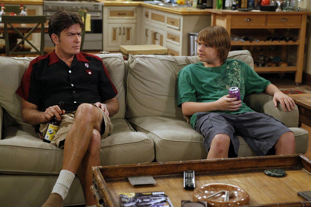 Jake (Angus T. Jones, r.) hat seinen Lernführerschein und braucht einen Erwachsenen, um sich hinter das Steuer setzen zu dürfen. Als Charlie (Char... - Bildquelle: Warner Brothers Entertainment Inc.