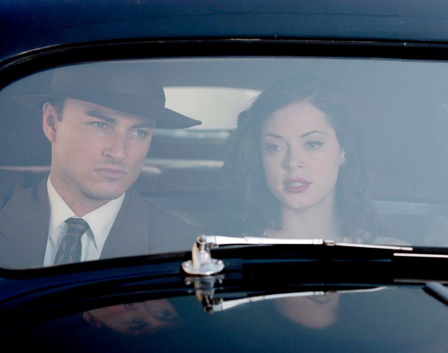 Als FBI Agent Brody (Kerr Smith, l.) und Paige (Rose McGowan, r.) einen Fall untersuchen, stoßen sie auf ein Buch der Brüder Mullen ... - Bildquelle: Paramount Pictures