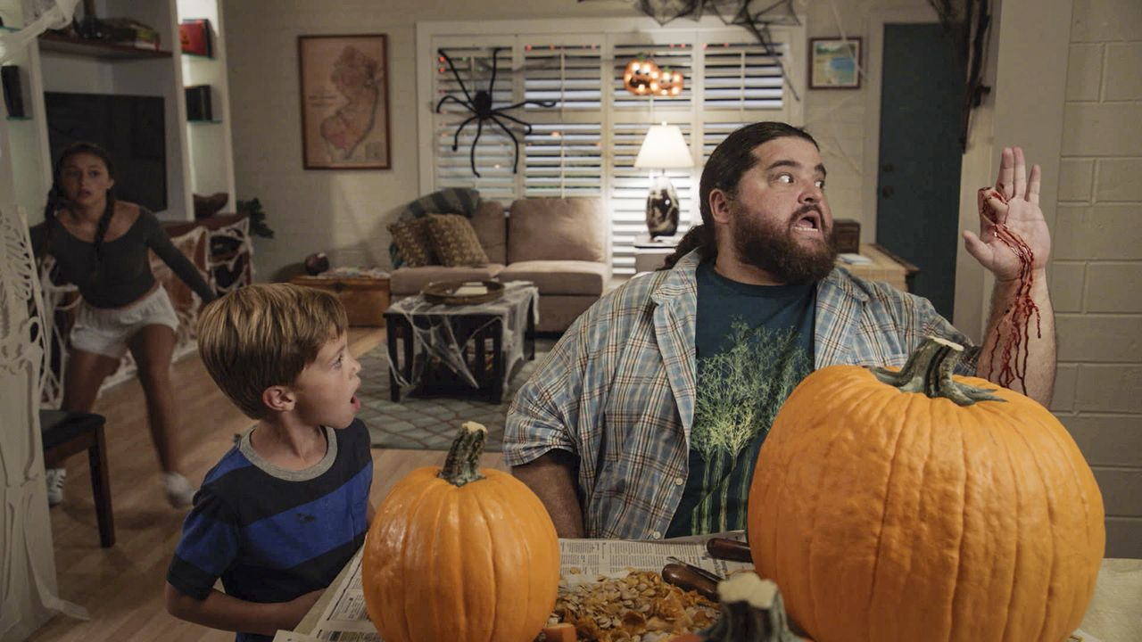 Halloween könnte nicht schrecklicher laufen. Statt etwas Cooles zu unternehmen, muss sich Grace (Teilor Grubbs, l.) mit Jerry (Jorge Garcia, r.) und... - Bildquelle: Norman Shapiro 2016 CBS Broadcasting, Inc. All Rights Reserved / Norman Shapiro
